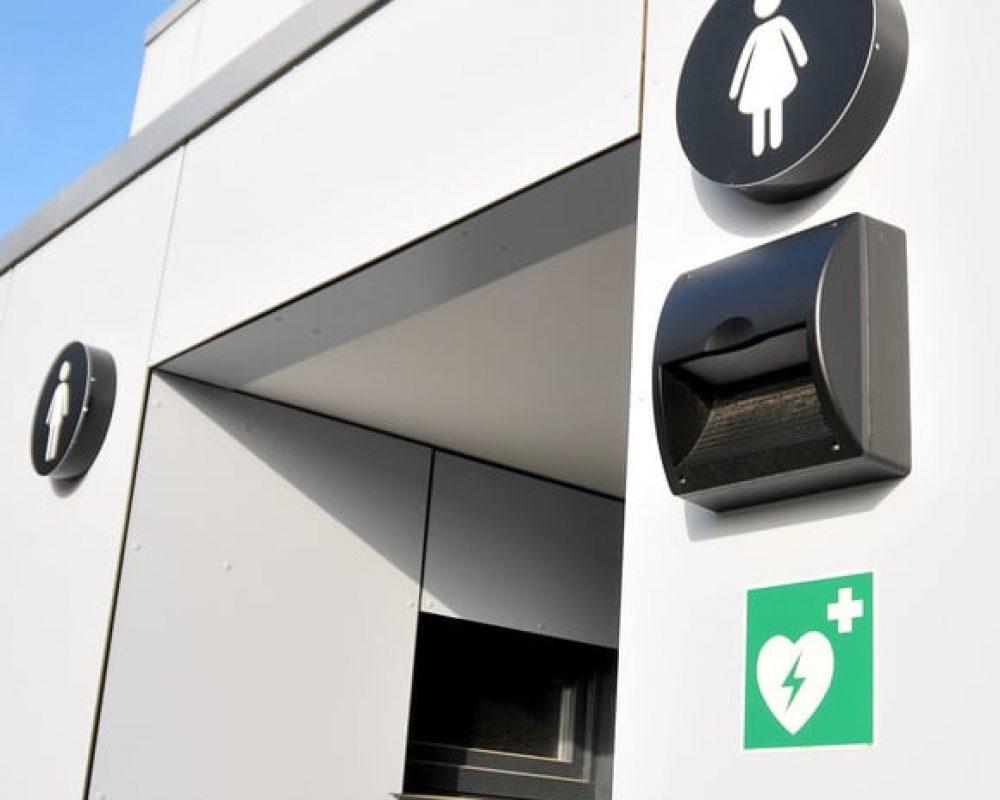 Foto: AED-Hinweisschild an einer Strandtoilette (KV Binz)